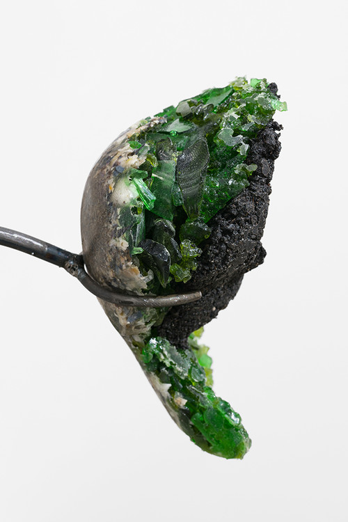 »Liver (soil sample / green glas)«, 2018<br />glass trash, soil, shells, cement, resin, 25 x 15 x 10 cm<br />