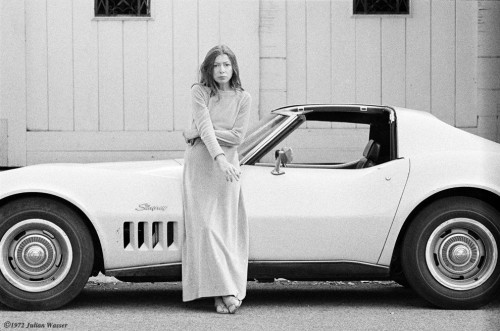 »Author Joan Didion and her Chevrolet Corvette Stingray in Hollwyood«, glycee print<br />glycee print, 34 x 48 cm<br />