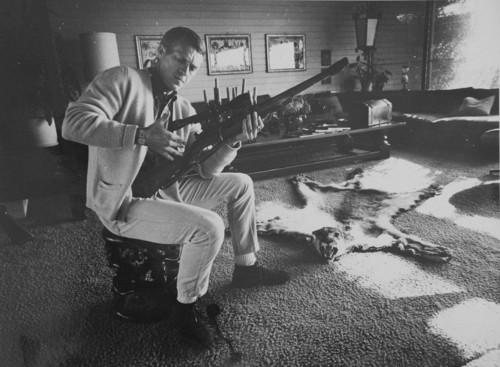 <i>Steve McQueen (Hunting)</i>, <br />vintage photo, 20 x 26 cm<br />