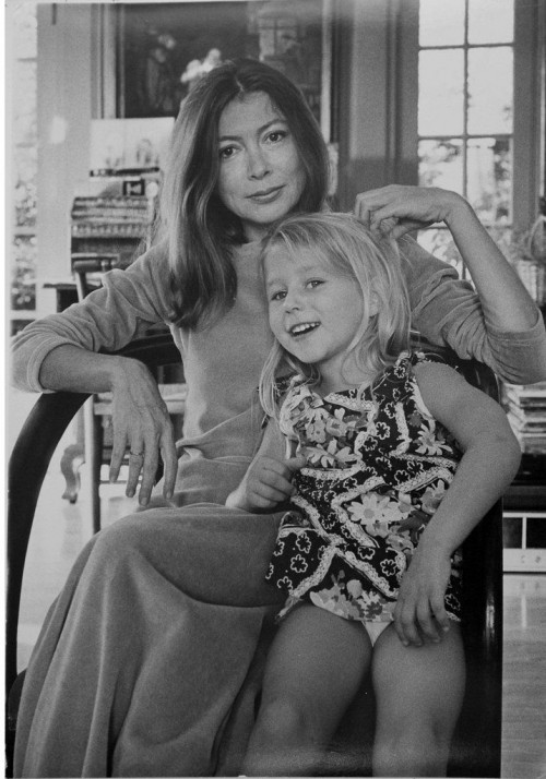 »Joan Didion Dunne at home in Los Angeles with her late daughter Quintana Dunne«, 1974<br />vintage photo, 34 x 23 cm<br />