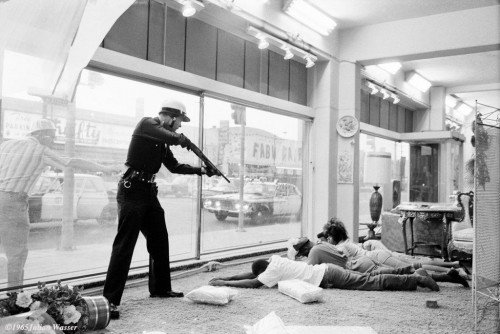 »LAPD Watts Riot looters«, 1965/2012<br />glycee print, 34 x 48 cm<br />