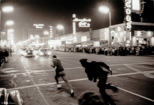 »LAPD cop Chasing student on Hollywood Blvd«, 1964/2012<br />glycee print, 34 x 48 cm<br />